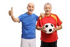 Sêniores com futebol e polegar acima do gesto Imagem de Stock Royalty Free