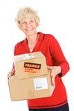 Sêniores: Mulher pronta para enviar caixas Fotografia de Stock