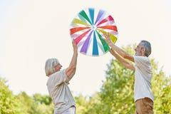 Sêniores que jogam com uma bola grande Fotografia de Stock