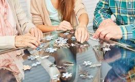 Sêniores que jogam o enigma como a prevenção da demência imagem de stock royalty free