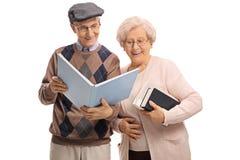 Sêniores que leem um livro fotos de stock royalty free