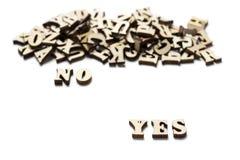 Sì e non non scritto nelle lettere di legno, il concetto della scelta fotografia stock