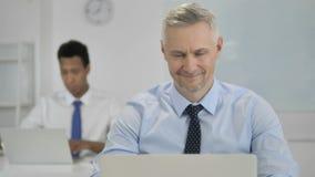 Sì, Grey Hair Businessman Shaking Head per mostrare accettazione ed interesse video d archivio