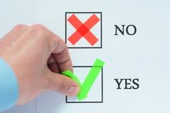 Sì nessuna casella da spuntare con il segno di spunta rosso verde Segno della tenuta della mano immagine stock libera da diritti