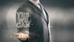 Sì possiamo nuove tecnologie disponibile di Holding dell'uomo d'affari Immagine Stock Libera da Diritti