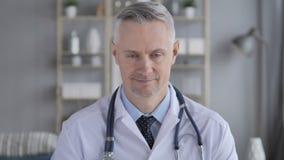 Sí, doctor con Grey Hairs Shaking Head a estar de acuerdo almacen de video