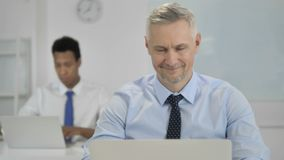 Sí, Grey Hair Businessman Shaking Head para mostrar la aceptación y el interés almacen de metraje de vídeo
