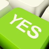 Sí llave de ordenador en la aprobación y la ayuda que muestran verdes Foto de archivo libre de regalías