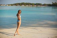 Sígame concepto La novia quisiera que usted fuera con ella a la playa tropical y a la laguna azul Mujer feliz en bikini del traje imagen de archivo libre de regalías
