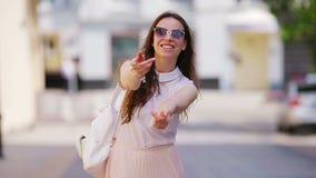 Sígame concepto Mujer urbana joven feliz en ciudad europea El caminar turístico caucásico a lo largo de las calles abandonadas de almacen de video