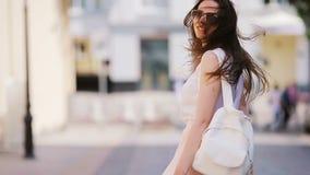 Sígame concepto Mujer urbana joven feliz en ciudad europea El caminar turístico caucásico a lo largo de las calles abandonadas de metrajes