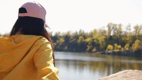 Sígame, POV, turistas de los pares que llevan a cabo las manos caminando en la naturaleza