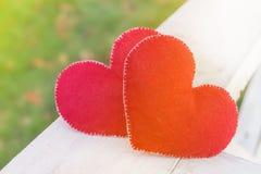 Símbolo abstrato do fundo do dia de Valentim Conceito de dois corações do amor imagem de stock