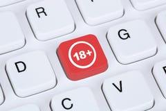 Símbolo amonestador en el ordenador a partir de 18 años de seguridad de Internet Fotos de archivo