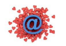 Símbolo azul del correo electrónico sobre muchos corazones rojos Fotos de archivo libres de regalías