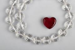 Símbolo bonito do amor - coração e grânulos de cristal foto de stock