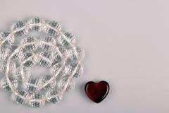Símbolo bonito do dia de Valentim - coração e grânulos de cristal fotos de stock
