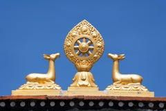 Símbolo budista en el tejado del gompa del pueblo de Jharkot foto de archivo