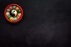 Símbolo budista (JPG +EPS) Símbolo de Yin Yang en espacio negro de la copia de la opinión superior del fondo foto de archivo libre de regalías