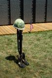 Símbolo caído do soldado na parede Imagem de Stock