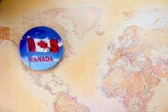 S?mbolo canadense da bandeira do c?rculo com folha de bordo imagem de stock royalty free