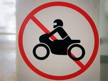 Símbolo circular rojo del tráfico de la motocicleta no permitido imagen de archivo libre de regalías
