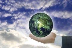 Símbolo conceptual da mão da terra foto de stock royalty free