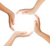 Símbolo conceptual de las manos humanas multirraciales que hacen un círculo encendido Fotografía de archivo libre de regalías
