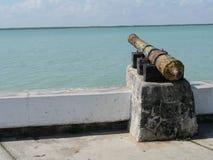 Símbolo conmemorativo y señal de la arquitectura del cañón del verano de la playa de Chetumal México Imágenes de archivo libres de regalías