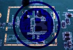 Símbolo Cryptocurrency de Bitcoin en placa de circuito del ordenador Fotos de archivo