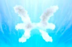 Símbolo da astrologia no material da nuvem - Peixes fotos de stock royalty free