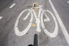 Símbolo da bicicleta na rua da cidade Imagens de Stock Royalty Free