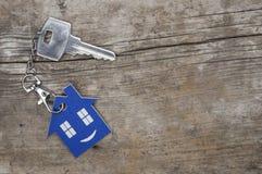 Símbolo da casa com chave de prata fotos de stock royalty free