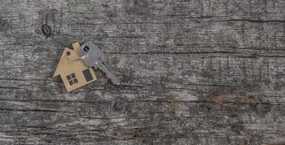 Símbolo da casa com chave de prata fotografia de stock royalty free