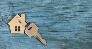 Símbolo da casa com chave de prata imagens de stock royalty free
