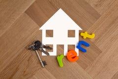 Símbolo da casa com chaves e aluguel da palavra fotografia de stock royalty free