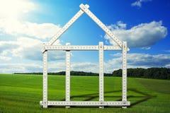 Símbolo da casa no prado Imagem de Stock