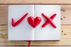 Símbolo da cor vermelha direita errada e do coração no caderno Foto de Stock Royalty Free