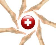 Símbolo da cruz vermelha nas mãos humanas Imagens de Stock Royalty Free