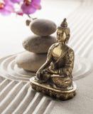 Símbolo da fé do zen e de seixos de equilíbrio na areia Fotos de Stock