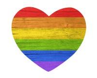 Símbolo da forma do coração com a textura de madeira pintada em cores da bandeira de LGBT no fundo branco fotografia de stock
