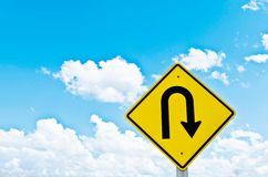 Símbolo da inversão de marcha e céu azul Fotos de Stock