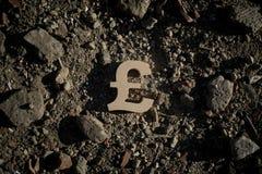 Símbolo da libra na sujeira ou nos restos fotografia de stock