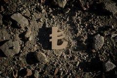 Símbolo da lira na sujeira ou nos restos fotografia de stock