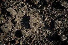 Símbolo da lira na sujeira ou nos restos foto de stock