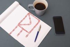 Símbolo da mesa e do email de escritório feito de clipes vermelhos Imagens de Stock