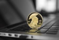 Símbolo da moeda do bitcoin do titã no portátil Moeda financeira do conceito, sinal de moeda cripto Mineração de Blockchain Dinhe imagens de stock