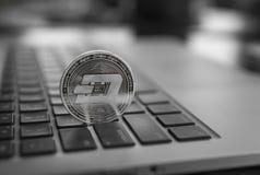 Símbolo da moeda do traço no portátil Moeda financeira do conceito, sinal de moeda cripto Mineração de Blockchain Dinheiro de Dig fotos de stock