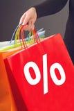 Símbolo da porcentagem de disconto no saco de compras vermelho Fotos de Stock