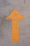 Símbolo da seta na superfície de estrada concreta imagens de stock